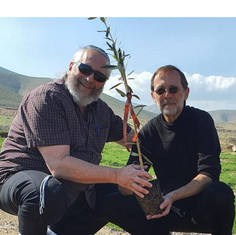 L-R: Shmuel Sackett and Moshe Feiglin planting an olive tree in the Sammy Farkas Olive Grove on the Jordan Valley