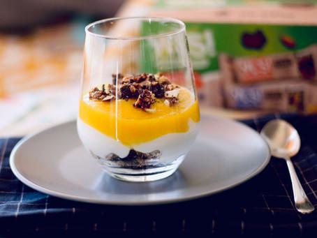 Parfait de snacks YES, manga e iogurte