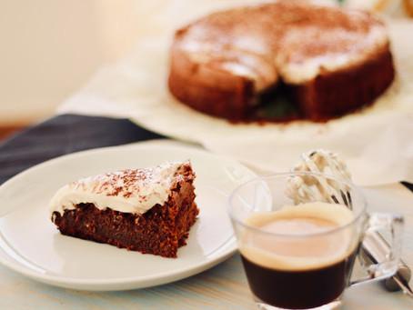 Bolo brownie com creme de café e chocolate branco