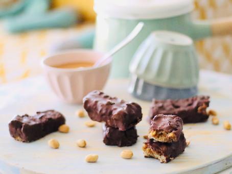 Barritas de caramelo, amendoim e chocolate