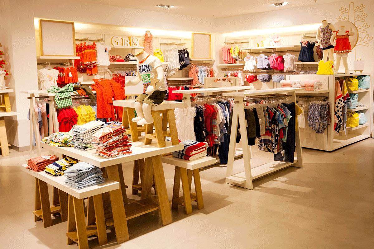 Intérieur du magasin de vêtements pour enfants