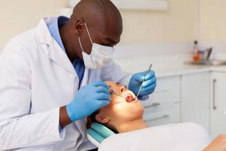 Dentes sisos inflamados: por que isso acontece e o que fazer nessa situação?