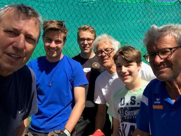 ERST DIE ARBEIT, DANN DAS VERGNÜGEN: Tennis Kinderplatzsanierung gestartet