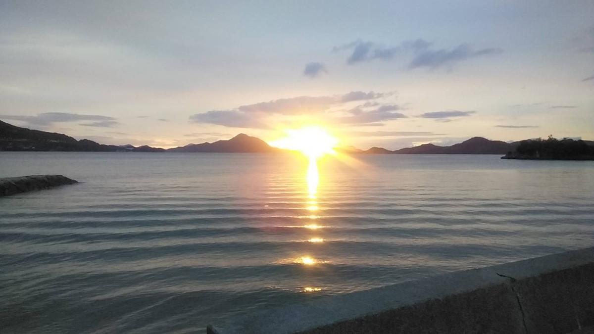 瀬戸内海から登る朝日
