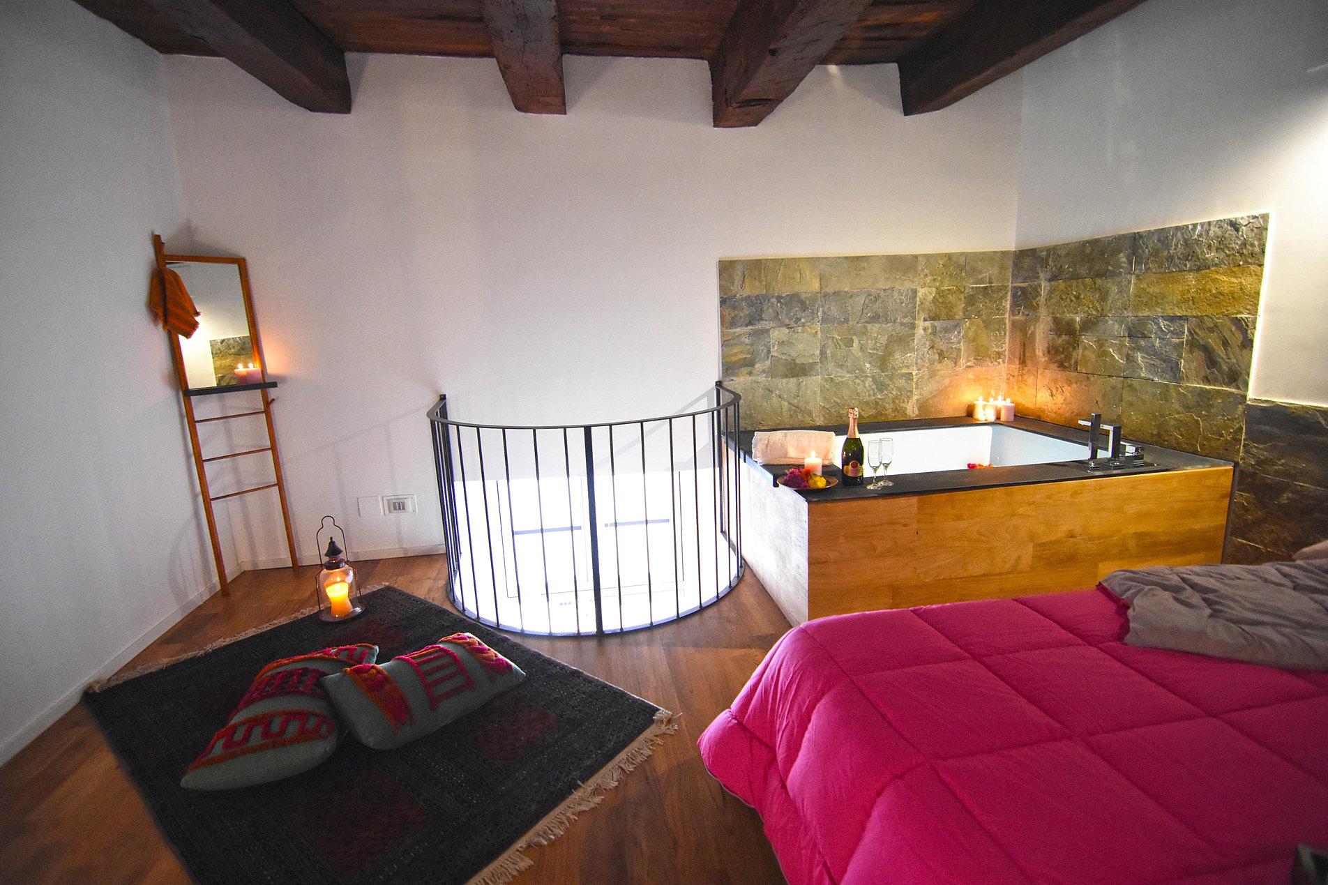Stanze con jacuzzi cortecapomazza italia for Appartamenti arredati napoli