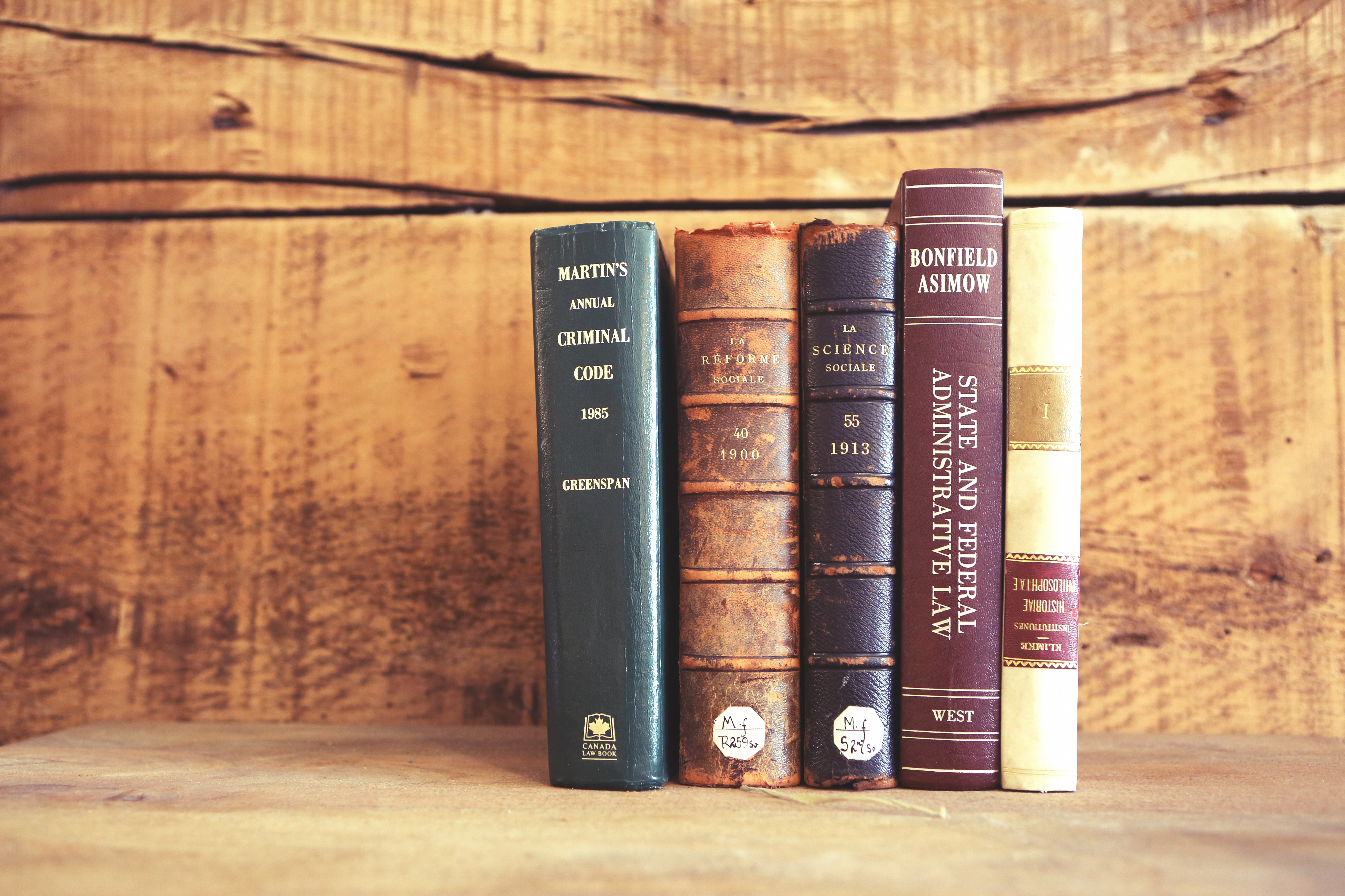 2015-04-Life-of-Pix-free-stock-old-books-wooden-shelves-leeroy