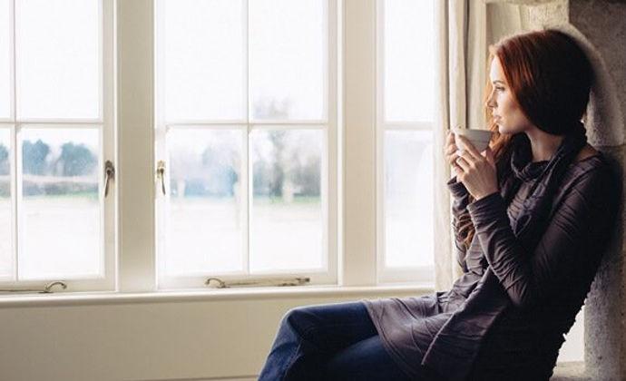 mujer-mirando-por-ventana.jpg