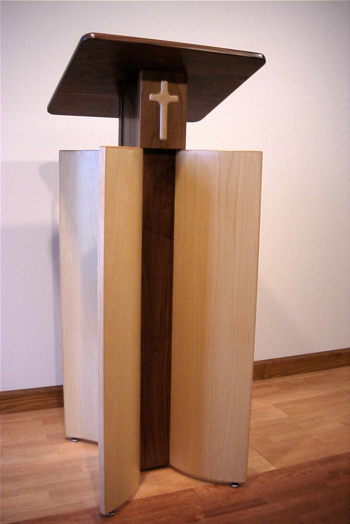 和歌山教会の聖書台