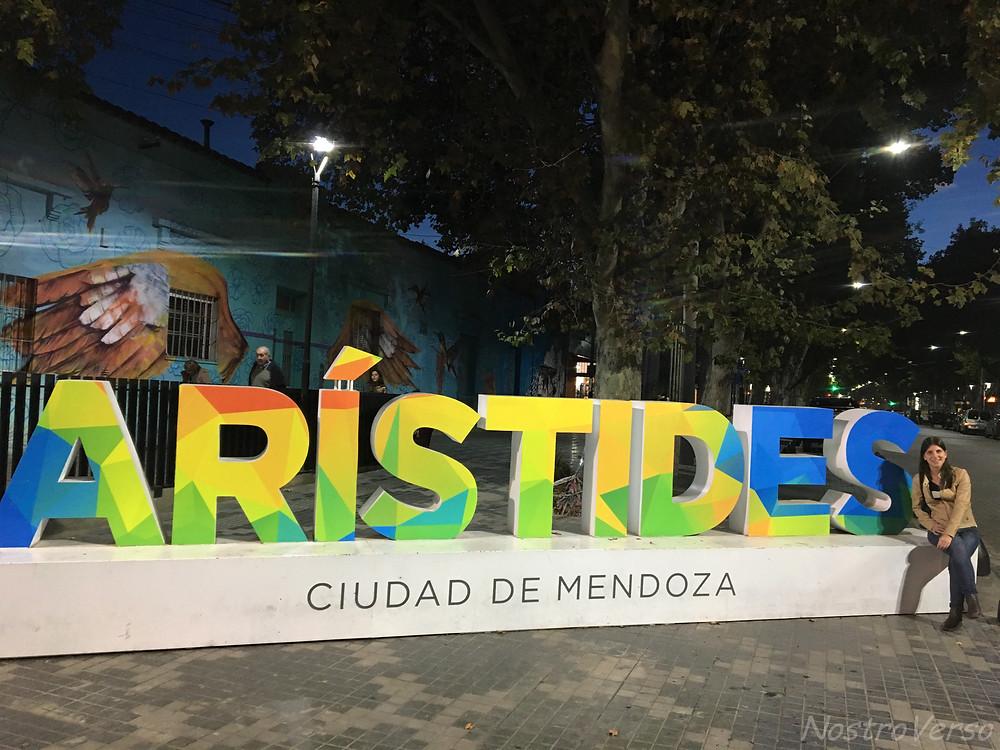 Avenida Arístides Villanueva em Mendoza