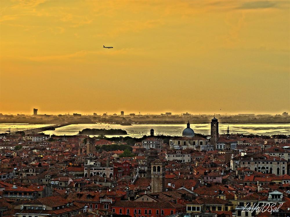Avião passando por Veneza