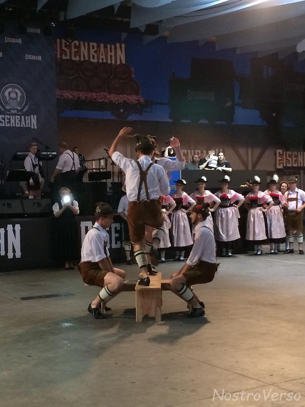 Grupo folclórico na Oktoberfest em Blumenau