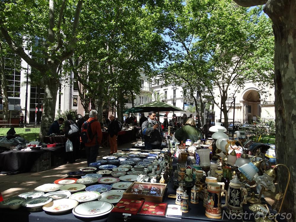 Feira de antiguidades na Plaza Constitución