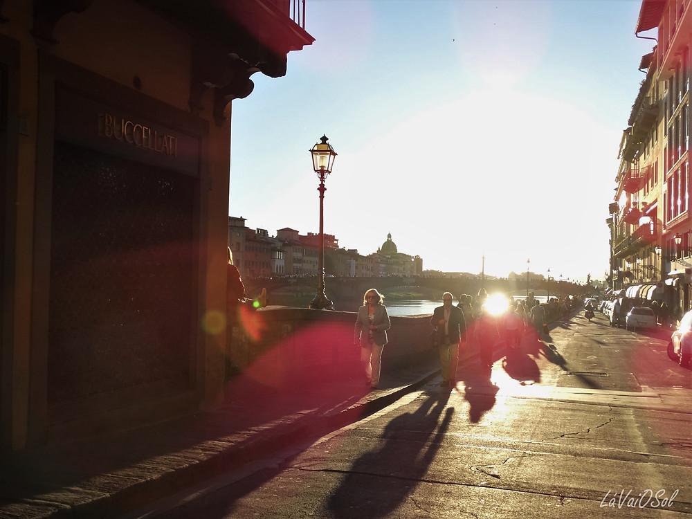 Rua ao lado da Ponte Vecchio, em Florença