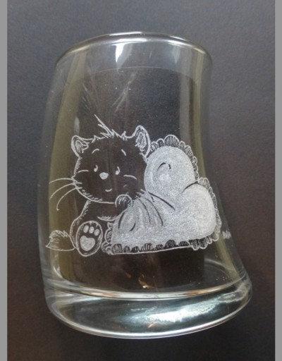 Cat with Heart Pillow/ Katze mit Herzkissen, curved glass