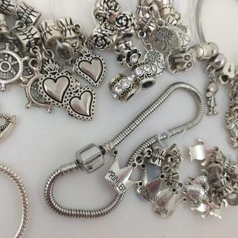 Berloques e pulseiras