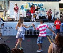 jóvenes bailando en un vive tu vida evento
