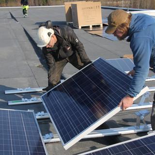 Multikrystalliknske solcellepaneler monteres på tak