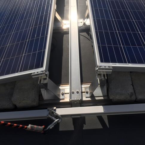 Taksikringsskinne monteres i selve solcelleanlegget