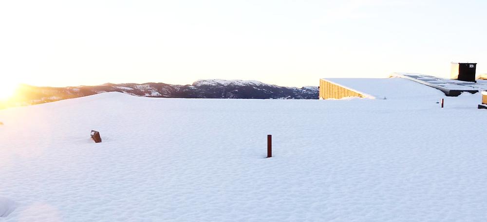 Snøen ligger fortsatt på taket av Heimdal VGS, men her kommer det snart over tusen høyeffektive solcellepaneler