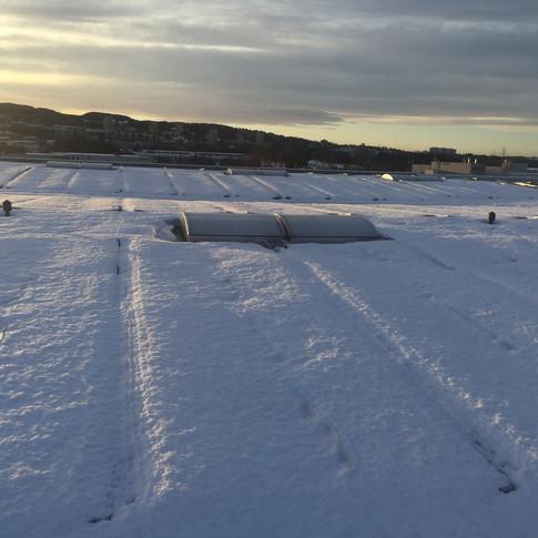 Solcellepaneler dekket av snø før smelting