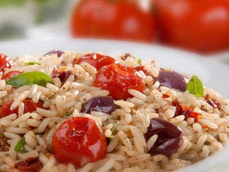 Arroz com tomate, manjericão e azeitonas pretas