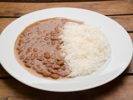 Da onde surgiu a combinação de arroz e feijão?