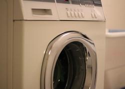 Waschmaschine und Tumbler im Keller