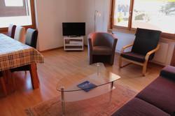 Wohnzimmer mit Sofa & Sessel