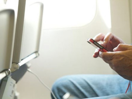 Ο πραγματικός λόγος που μας λένε να κλείνουμε τα κινητά μας στο αεροπλάνο (pic)