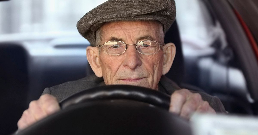 Portrait-of-a-senior-man-driving-a-car
