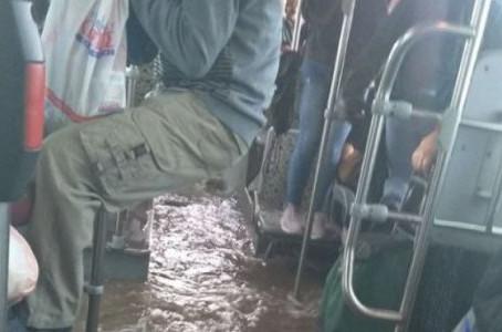 Κακοκαιρία σε όλη την χώρα με καταστροφές | Πλημμύρισε λεωφορείο στον Ασπρόπυργο