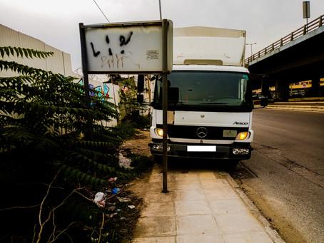 Ασυνήδειτος οδηγός πάρκαρε πάνω στο πεζοδρόμιο σε κόμβο της Ιεράς Οδού