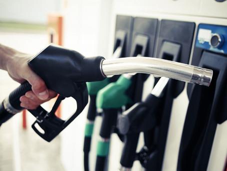 Γιατί στην Ελλάδα είναι ακόμη ακριβή η βενζίνη;