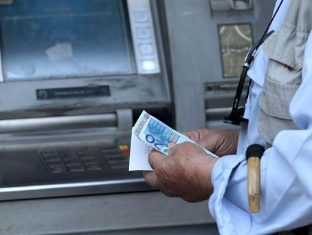 Υπερδιπλασιασμός των χρεώσεων για αναλήψεις μετρητών από ΑΤΜ μέσω χρεωστικής κάρτας