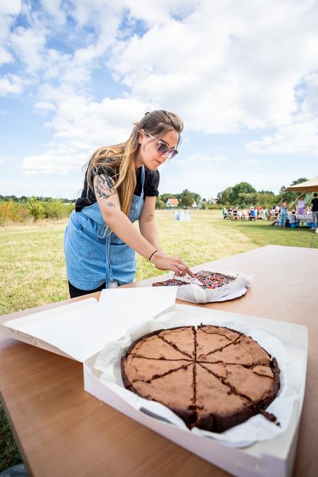 Taarten verkoper tijdens zomerfestival