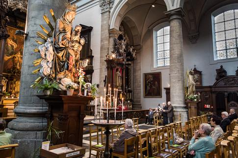 Gregoriaans zangers in kerk