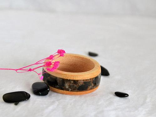 Bague en bois courbe avec Qwarz noir.