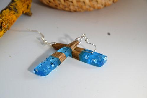Boucles d'oreilles bleu avec des feuille d'argent et bois de acacia.
