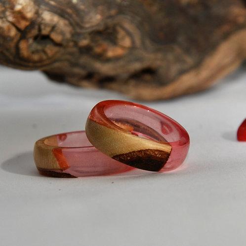 Bague en bois et résine rose.