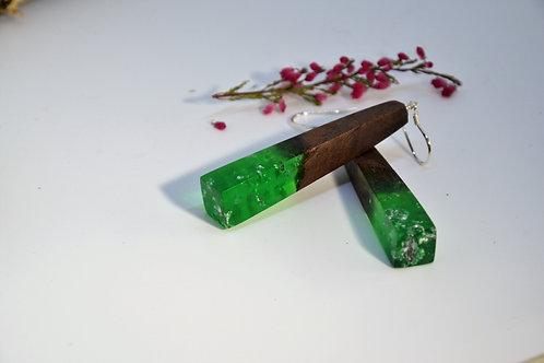 Boucles d'oreilles vert avec des feuilles d'argent et bois de noyer