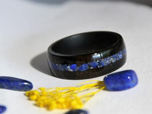 Bague en bois et pierre,  anneau en bois courbé ébène avec Lapis-lazuli