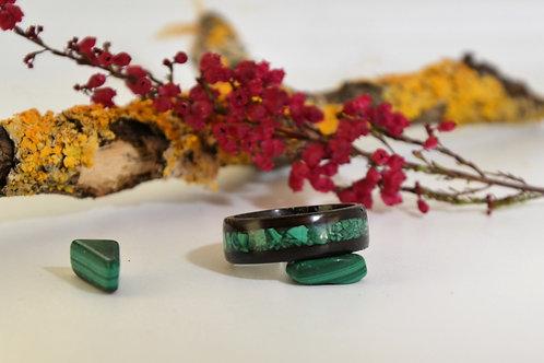 Bague en bois et pierre,  anneau en bois courbé d'ébène avec de la  Malachite.