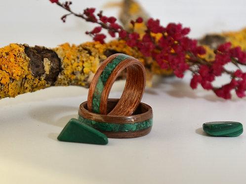 Bague en bois et pierre,  anneau en bois courbé  avec de la Malachite.