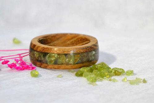Bague en bois et pierre fine, alliance,  anneau en bois avec de la chrysolite