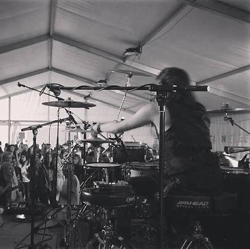 Alex sanchez drummer en una actuacion