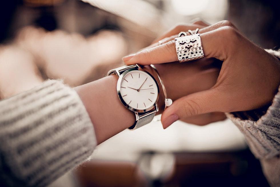 Titelbild Frau mit Armbanduhr