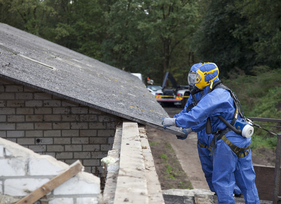 removing-asbestos-roofing