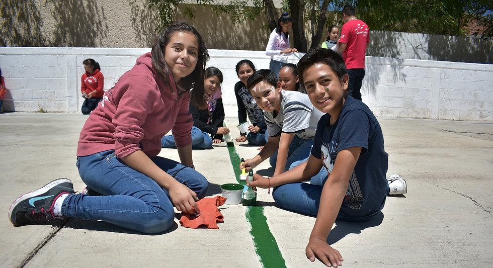Estudiantes de la secundaria Colonia Juvenil pintando las instalaciones