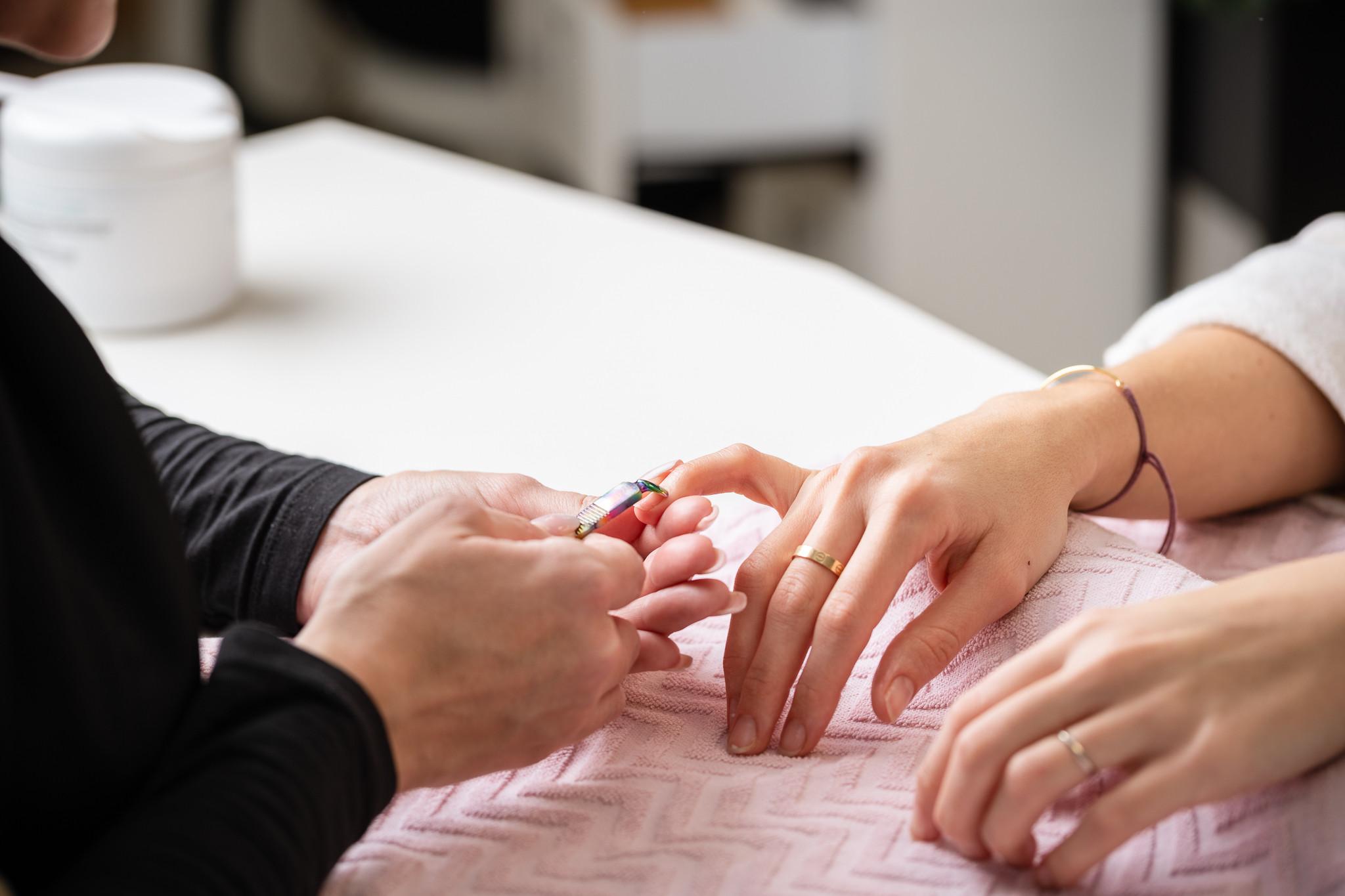 Manucure avec gommage et massage