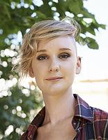 Mujer joven con el pelo corto